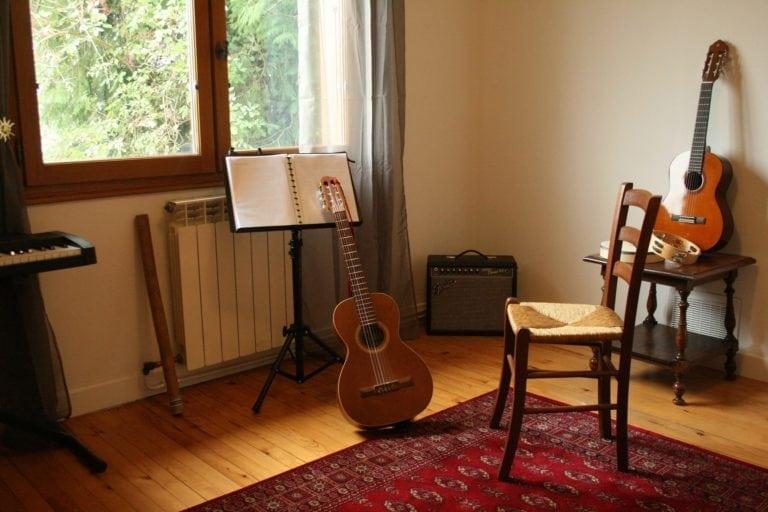 prêt à jouer de la guitare