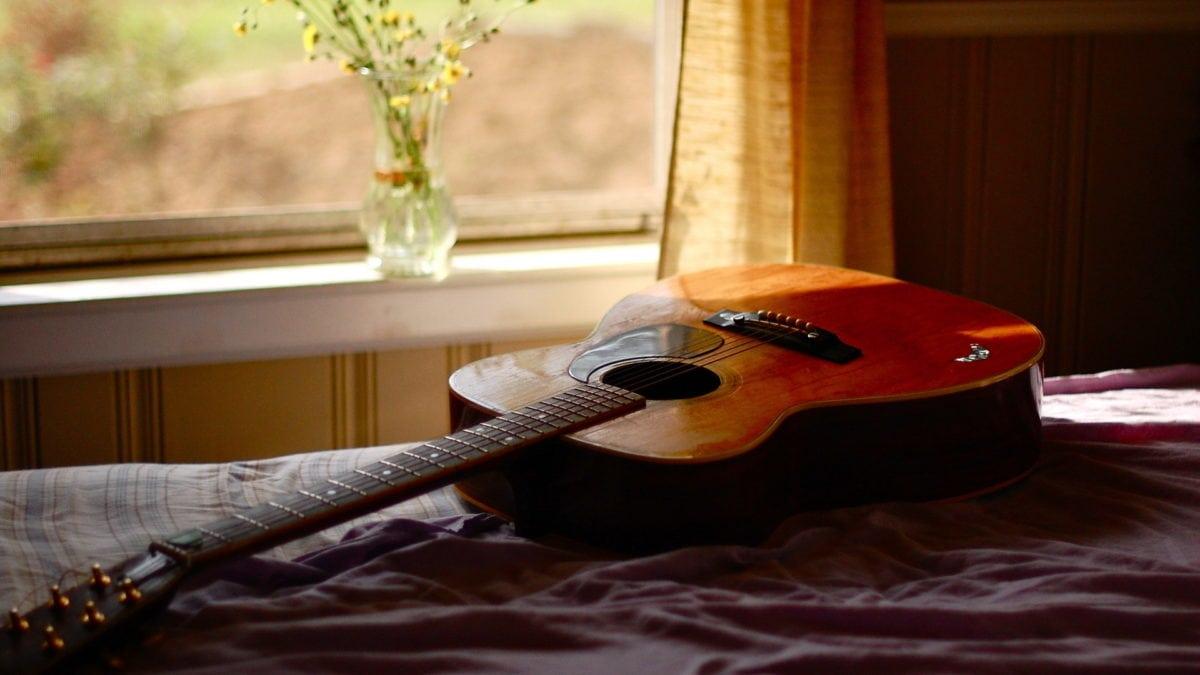 apprendre la guitare seul à la maison